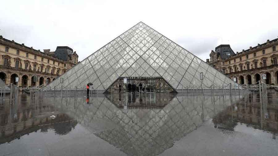 Louvre Museum  photos the quiet emptiness of a world under coronavirus